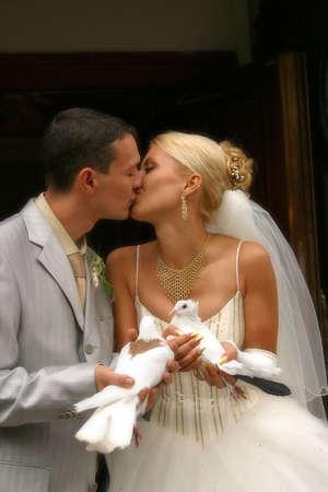 Die Braut und der Br�utigam mit wei�en Tauben