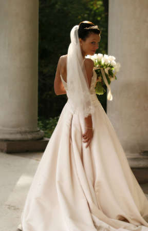 Sch�ne Braut mit Blumenstrau� in Parks. Easy Unsch�rfe