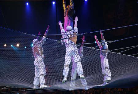 Zwei Luft-Akrobaten durchf�hren gef�hrliche �bung unter einer Kuppel aus einem Zirkus