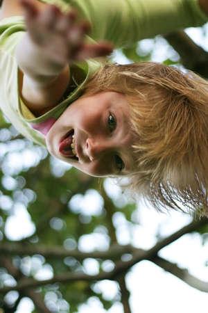 ridicolo: Il ridicolo ragazza si blocca su un albero testa