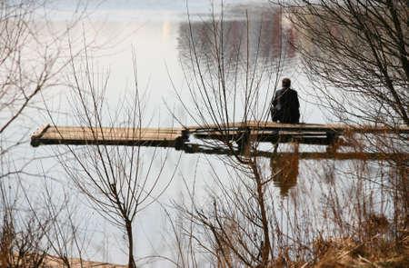 La imagen de hombre solitario sentado en el puente Foto de archivo - 848167