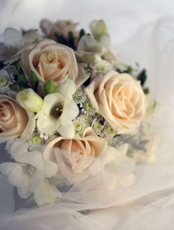 Hochzeit Blumenstrau� von den beige Rosen in einem Schleier