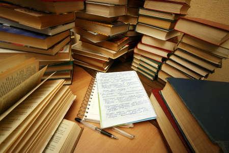 combined: Muchos libros antiguos combinados por un mont�n. Ruso diciendo 'Conocimiento - luz, la ignorancia - la oscuridad'
