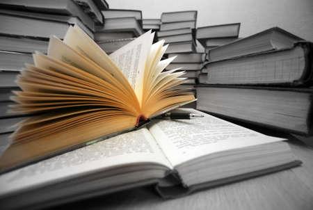 """combined: Muchos libros antiguos combinados por un mont�n. Rusia diciendo 'Conocimiento - luz, la ignorancia - la oscuridad """""""