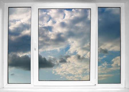 Himmel gesehen durch ein wei�es Fenster