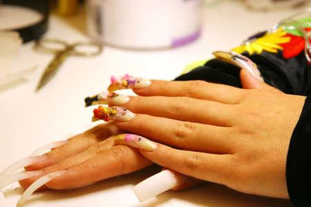 Las uñas decoradas con figuras de personas  Foto de archivo - 1366252