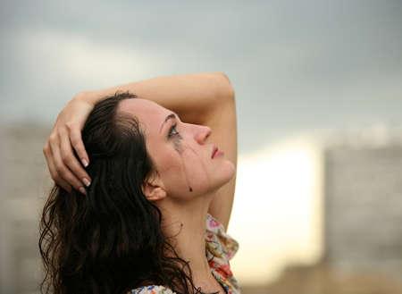 lagrimas: La solitaria ni�a llora en la calle  Foto de archivo