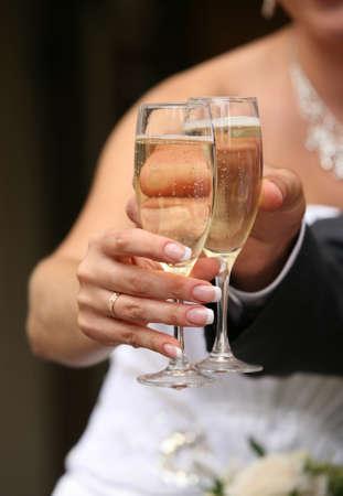 Glas Champagner in der Hand der Braut und Br�utigam Lizenzfreie Bilder