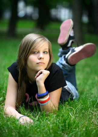 Das M�dchen - Teenager sind in einem Gras.