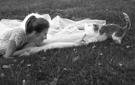 debutante: Beautiful bride and kitten in park
