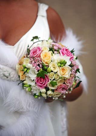 Hochzeit Bouquet aus Rosen auf dem Hintergrund eines Kleid Lizenzfreie Bilder