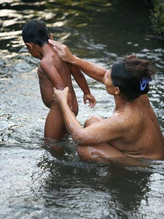 personas banandose: La madre el ni�o se ba�a en el r�o. Indonesia. Bali