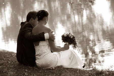 Neu verheirateten Paar auf einer K�ste von See