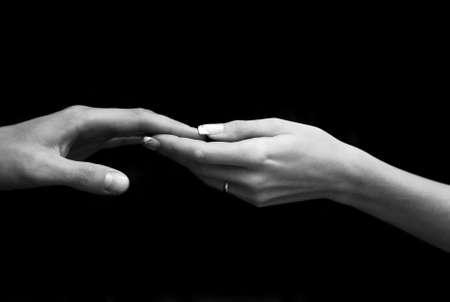 Man's und weiblichen Hand auf einem schwarzen Hintergrund Lizenzfreie Bilder