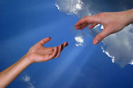 Man's Hand und Frauen vor dem Hintergrund des Himmels Lizenzfreie Bilder