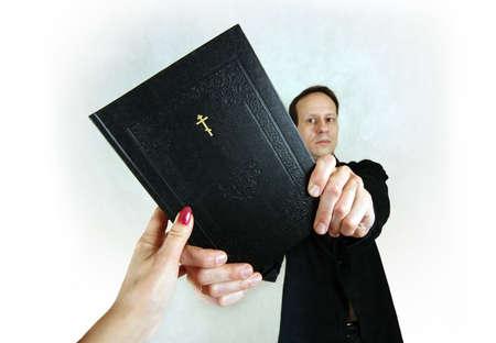 traslados: El hombre transferencias a la mujer la biblia  Foto de archivo