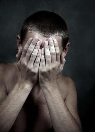 sad man: El triste hombre cerr� la cara manos