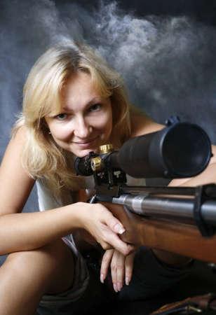 La ragazza con la pistola in studio Archivio Fotografico - 3485169