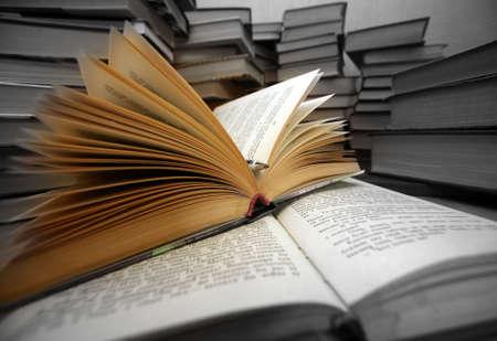 literatura: Muchos libros antiguos combinados por un mont�n LANG_EVOIMAGES