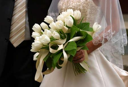 Blumenstrau� auf dem Hintergrund ein Kleid der Braut und der Br�utigam einen Anzug.