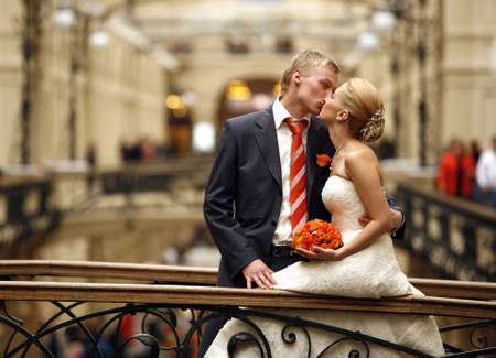 Das sch�ne Braut und der Br�utigam in einem Interieur