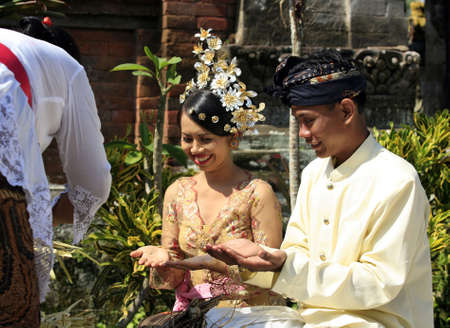 Der Augenblick der Trauung der indonesischen Hochzeit Lizenzfreie Bilder