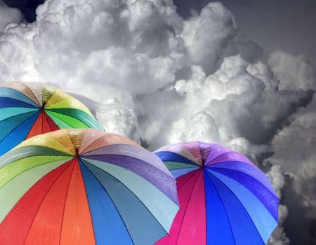 brolly: Rainbow paraguas contra el cielo azul