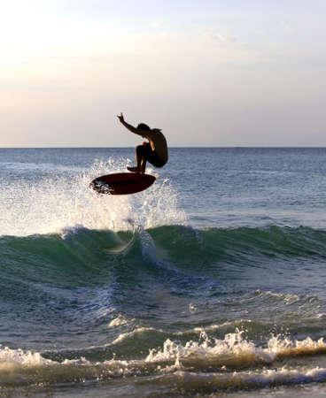 Junge M�nner - die Surfer im Meer. Dreamland Beach - Bali. Indonesien. Lizenzfreie Bilder