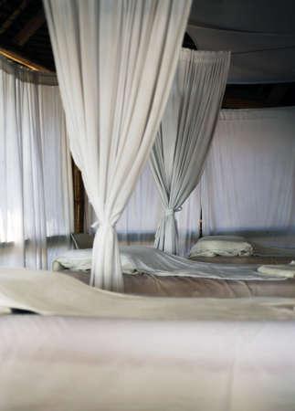 cortinas blancas: Sala de masaje con cortinas blancas Foto de archivo