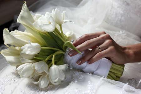 calas blancas: Ramo de boda en manos de la novia