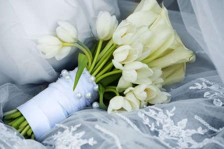 calas blancas: Ramo de boda y tulipanes callas Foto de archivo