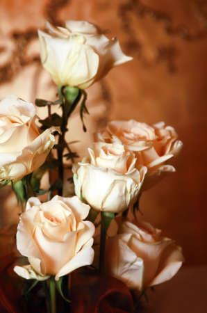 Bouquet aus rosa Rosen auf rotem Grund