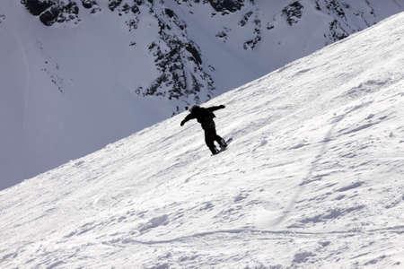 siervo: Nieve de polvo fresca de conducci�n de snowboarder Foto de archivo
