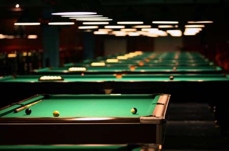 pool bola: Mesas de billar en un club nocturno de moda