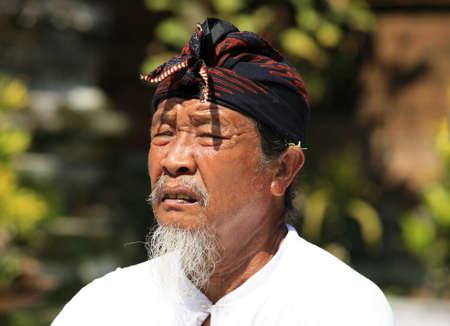 oct 31: BALI, INDONESIA - el 31 de octubre: Rezando el padre de la novia en la boda Indonesia. El 31 de octubre en Bali, Indonesia Editorial
