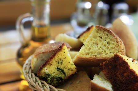 brasserie restaurant: Diff�rent pain de ma�s dans un panier de wum