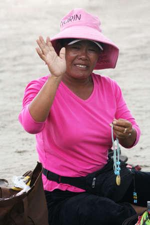 indonesian woman: Bali. Indonesia, 28 de febrero de 2008: la mujer Indonesia vende recuerdos de 28 de febrero en Bali. Indonesia