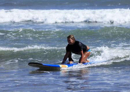 chica surf: mujer adulta - el surfista en el oc�ano. Bali. Indonesia  Foto de archivo