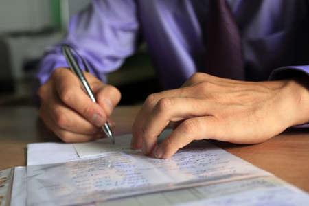 Hand des Unternehmers mit Stift Standard-Bild - 7501931