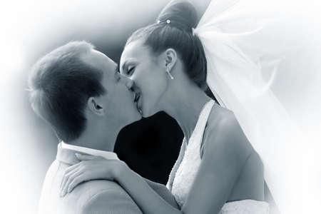 casados: Pareja de reci�n casados par besa en Parque  Foto de archivo