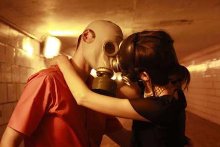 masked woman: par en las m�scaras de gas, bes�ndose en el t�nel
