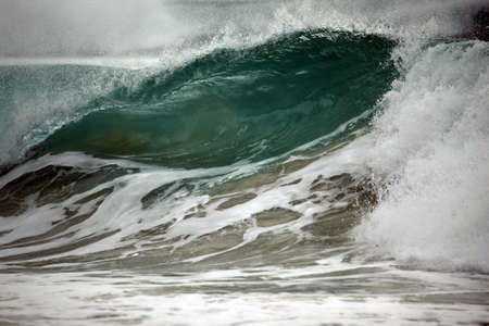 granola: Gran ola se bloquea a la orilla. Oc�ano indio