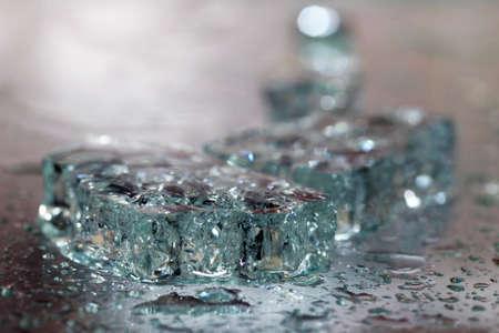 stark: Die Glasscherben mit Tropfen ist stark dim Lizenzfreie Bilder