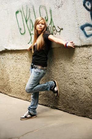teenage problems: La chica - adolescente sobre un fondo de un muro