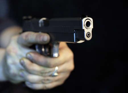 sicario: Hombre apuntando un arma mirando la c�mara Foto de archivo