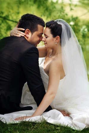 matrimonio feliz: Pareja de recién casados sin ropa de boda en el Parque