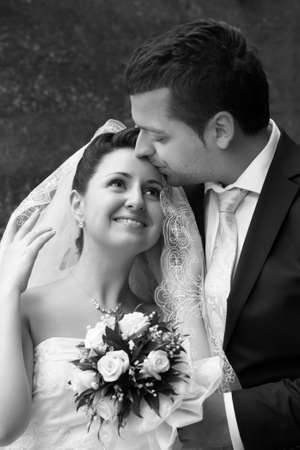 femme mari�e: Couple mari� nouvellement dans le parc Banque d'images
