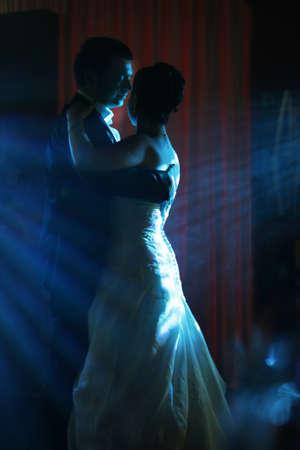 tanzen paar: Der erste Tanz des Br�utigams und der Braut in blauen Strahlen