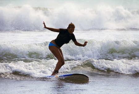 chica surf: Mujer adulta - el navegante en el oc�ano. Bali. Indonesia