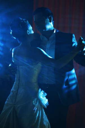 Der erste Tanz des Br�utigams und der Braut in blauen Strahlen